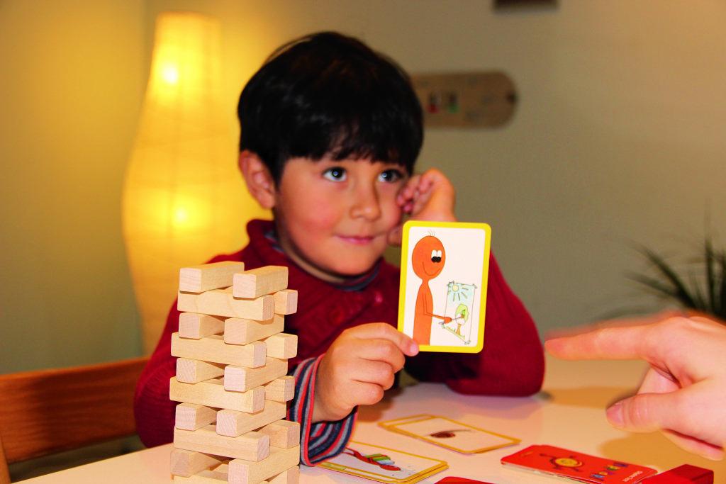 Kinder, die zweisprachig aufwachsen, haben in jungen Jahren oftmals Defizite bei Wortschatz und Grammatik